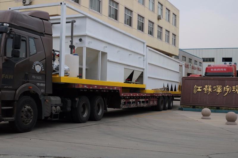 11月26日发货班组正在将发往银川的撬装污水处理设备进行装车